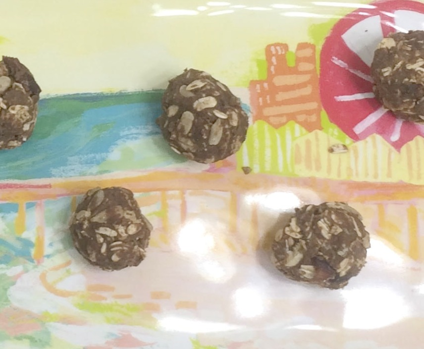 Are you looking for a quick, easy AND healthy snack for you or the kids??? Look no further than our fabulous recipe for easy chocolate protein balls!!